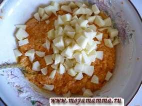 Яблоки очистить от кожуры и сердцевины и нарезать на маленькие кусочки. Яблоки добавить в тесто и перемешать.