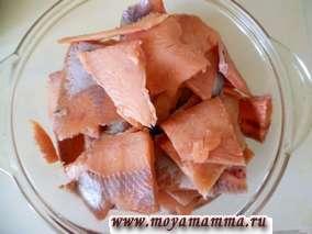 Красную рыбу разделать на филе. Нарезать тонкими пластинками. Посолить и поперчить по вкусу.