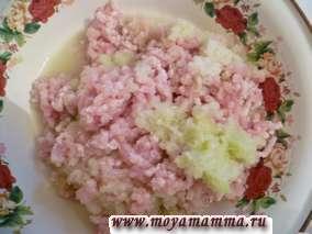 Филе куриной грудки курицы, лук и капусту пропустить через мясорубку, добавить соль и черный перец по вкусу.