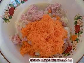 Морковь натереть на мелкой терке и добавить в фарш.