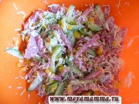 Салат с копченой колбасой и яйцом с сыром
