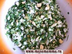 Лук и вареные яйца для начинки режем мелко, перемешиваем и солим по вкусу.