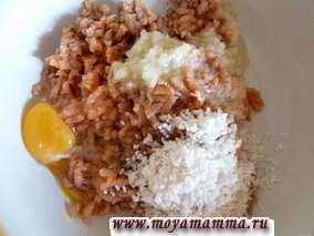 Рис промыть и тоже добавить в фарш. Посолить и поперчить по вкусу.