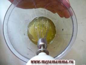 В белок постепенно сыпем 2 столовые ложки сахара и взбиваем при помощи блендера.