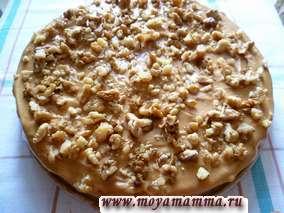 Посыпаем оставшимся грецким орехом и охлаждаем торт