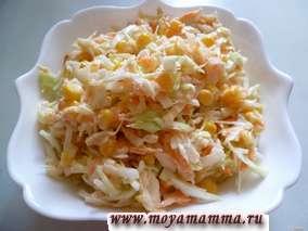Салат из свежей капусты с яблоком и кукурузой