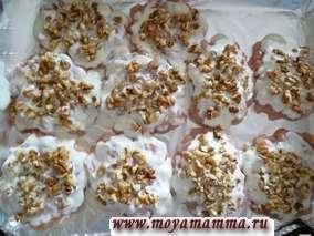 Грецкий орех измельчить, промыть и разложить на котлеты.