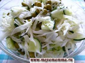 Салат из свежей капусты с огурцом и зеленым горошком