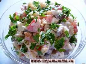 Салат из сельди с помидорами, рисом, яйцом, луком и зеленью