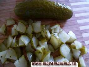 Картофельный салат с сельдью. Соленый огурец.