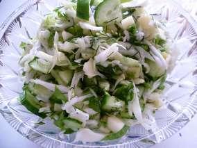 Салат из свежей капусты с огурцом, яблоком, зеленым салатом и укропом