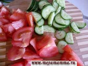 огурцы и помидоры в Салат из свежей капусты и грибов