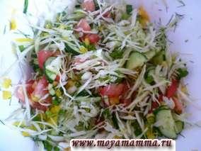 Салат из свежей капусты и грибов с кукурузой