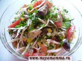 Салат из свежей капусты и грибов с кукурузой и помидорами с перцем