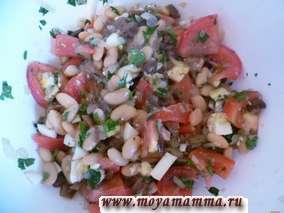 Салат из грибов с фасолью и помидорами
