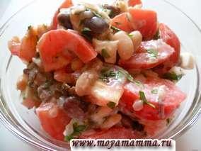 Салат из грибов с фасолью, луком, свежими помидорами, петрушкой, яйцом