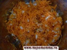 Пассеруем лук с морковью в растительном масле в течение 5 минут, добавляем сладкий и жгучий перец, баклажан.