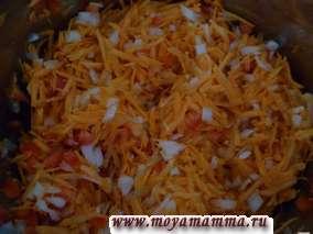 Пассеруем лук с морковью и перцем в растительном масле в течение 15 минут, добавляем баклажан.