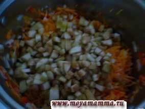 Пассеруем лук с морковью и перцем в растительном масле в течение 15 минут, добавляем баклажан. Продолжаем пассеровать еще в течение 5-7 минут. При необходимости добавляем растительное масло.