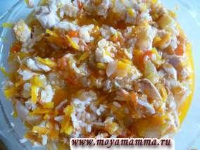 Рис перемешать с тушеными овощами и мясом курицы.