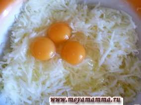 Добавить яйца, соль