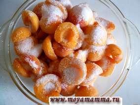 Пересыпать абрикосы с сахаром (около 1 стакана).