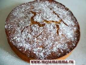 Испеченный пирог достаем и посыпаем сахарной пудрой.