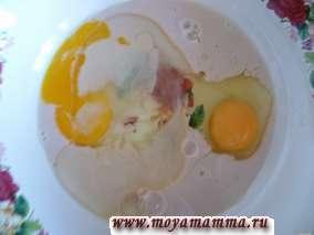 Дрожжи растворить в воде. К дрожжам добавляем яйца, соль, сахар, растительное масло, молоко. Все тщательно размешать.