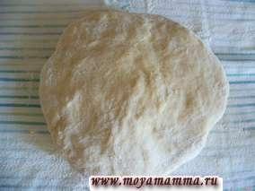 P1040475P1040476 Тесто должно быть густым. Почти как на пельмени. Тесто вымешиваем в течение 10 минут. Затем тесто делим на три части для удобства.