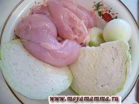 Пропускаем через мясорубку филе курицы, капусту, лук. Добавляем яйцо, соль и перец по вкусу.