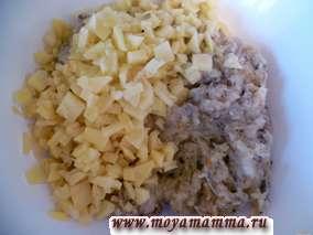 Добавить мелко нарезанный картофель в фарш.
