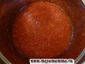 Помидоры натереть на терке, добавить чеснок, пропущенный через чеснокодавку, соль. Тертые помидоры довести до кипения и добавить к мясу с огурцами и картофелем.