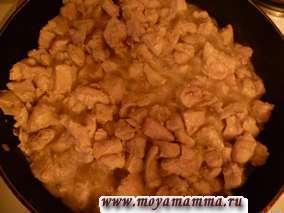 Филе курицы посолить и поперчить по вкусу и слегка обжарить в растительном масле.