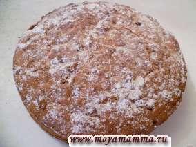 Испеченный пирог посыпаем сахарной пудрой.
