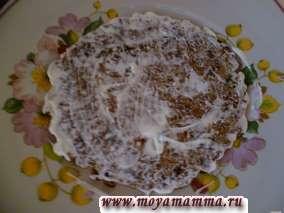Рецепт закусочного тортика из печени. Каждый блинчик смазываем майонезом с чесноком, пропущенным через чеснокодавку.