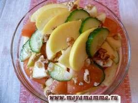 Салат из яблок, помидоров, огурца и грецких орехов, медом