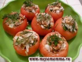 Свежие помидоры, фаршированные луком и грецким орехом