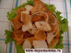 Салат из хурмы с луком и яблоками