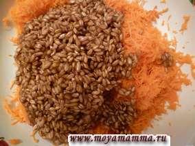Морковь натереть на средней терке. Добавить пророщенную пшеницу (ее можно добавить целой либо размолоть). Добавить мед и все перемешать.