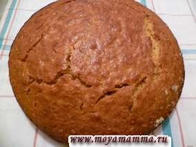 Разогреваем духовку до 180 градусов и выпекаем пирог в течение 45-50 минут.