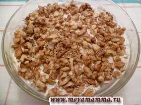Слоеный салат из курицы, соленого огурца, чеснока, яиц и грецкого ореха