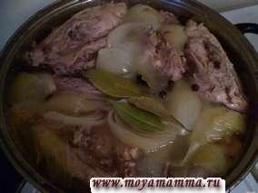 За 30-40 минут до окончания варки посолить бульон по вкусу, добавить душистый перец и лавровый лист.