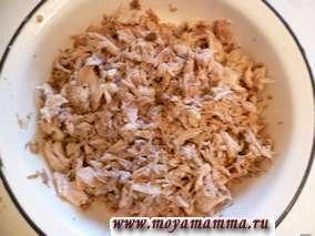 Достать куриные части из бульона, остудить и освободить мясо от костей. Филе разделить на небольшие кусочки. Бульон процедить.