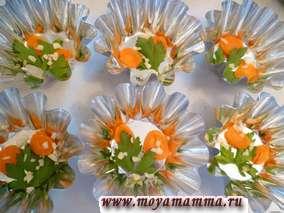 На дно формочек положить веточки петрушки и кружочки моркови, добавить мелко порубленный чеснок.
