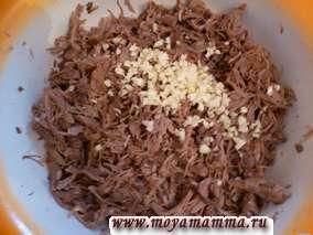 Достать субпродукты из бульона, остудить и освободить мясо от костей. Мясо порезать на небольшие кусочки. Бульон процедить.Чеснок очистить, мелко порубить и добавить к мясу и размешать. Бульоном залить мясо и размешать. Приготовить невысокие формы. Заполнить формы бульоном с мясом не доходя до краев и поместить в холод для застывания