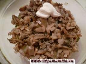 Слоеный салат с печенью и грибами. Слой из грибов