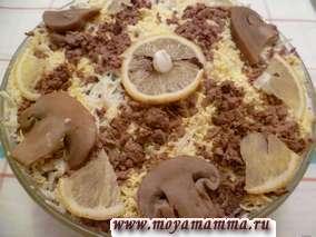 Слоеный салат из печени, грибов, картофеля, огурца, лука и яиц