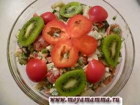 Салат из помидоров черри, огурца, перца, яиц, зелени и киви