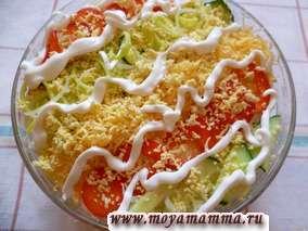 Слоеный салат из колбасы, лука, сыра,огурца, перца, яблока