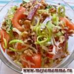 салат из копченой колбасы с сыром и огурцов